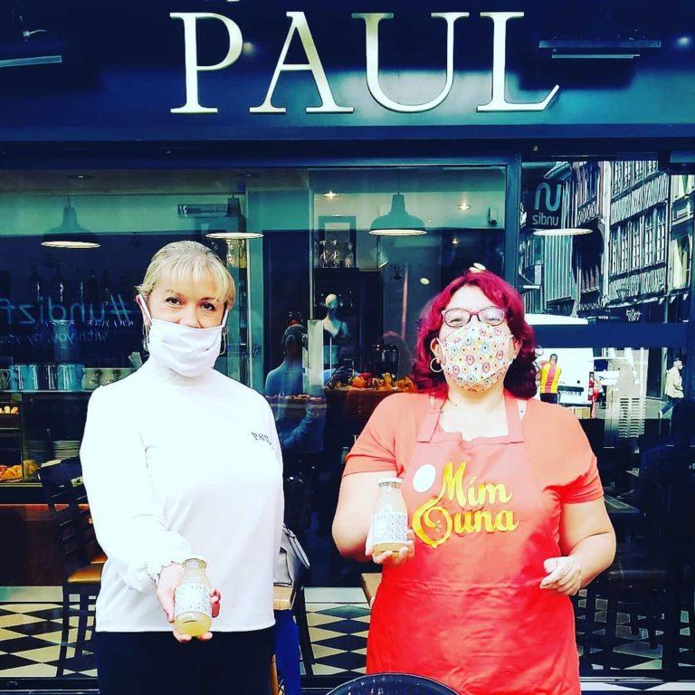 Photo de Nabila Namoune devant la boulangerie Paul à Rouen, rue du gros horloge